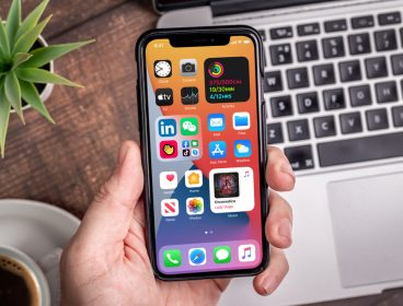 Interfața noului sistem de operare iOS 14 de la Apple pe un telefon iPhone